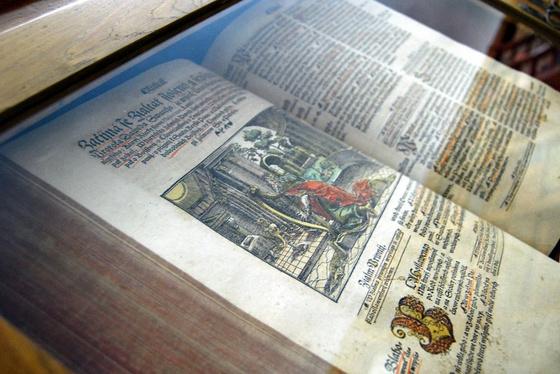 Biblij czeská... Praha, 1570, Jirí Melantrich. A cseh nyelvű biblia könyvtárunk különlegességének számít kézzel színezett metszetei miatt.