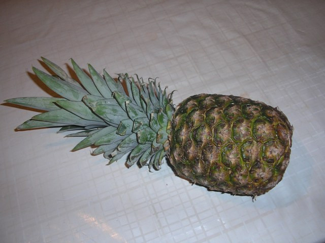 B.B.M: 1. Válasszunk egy lehetőleg ép rozettájú ananászt.