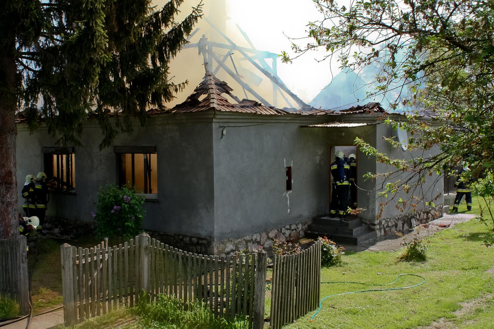 2010 05 04 Munkában a tűzoltók 001