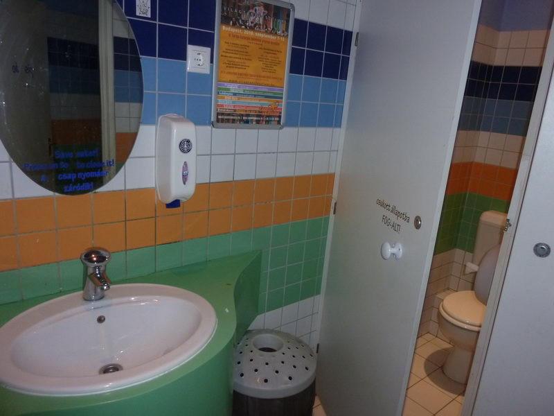 A mosdó is kis színes