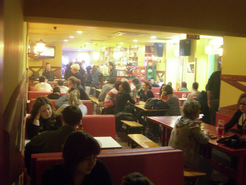 Sok asztal, sok ember