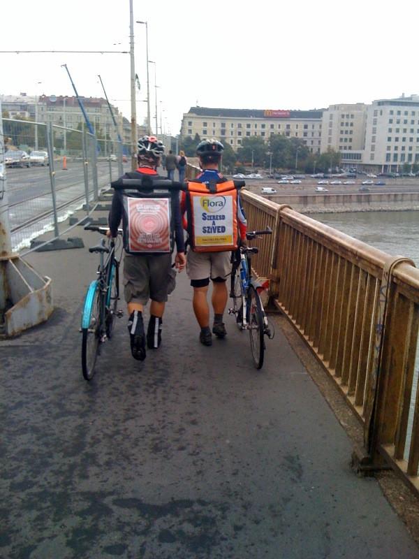 futárok tolják a margit hídon